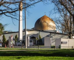 İslâm Düşmanları Kinini Kusuyor:  Kimi Ezana Uluyor, Kimi Müslüman Kardeşimi Vuruyor